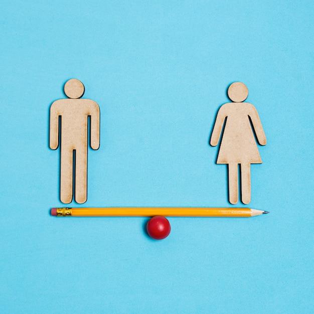 Homem e mulher em pé na gangorra em equilíbrio Foto gratuita