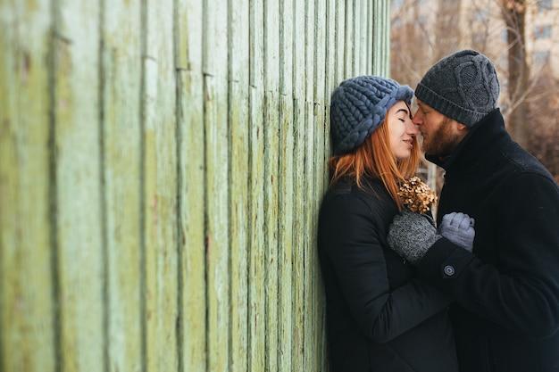 Homem e mulher em um terno abraço Foto gratuita