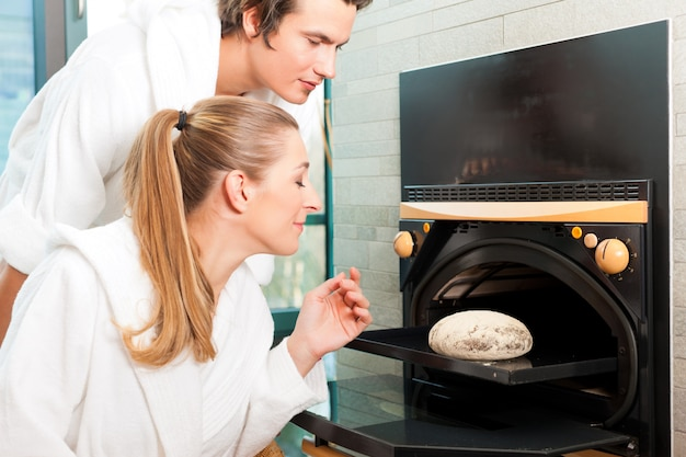 Homem e mulher em uma sauna de pão Foto Premium