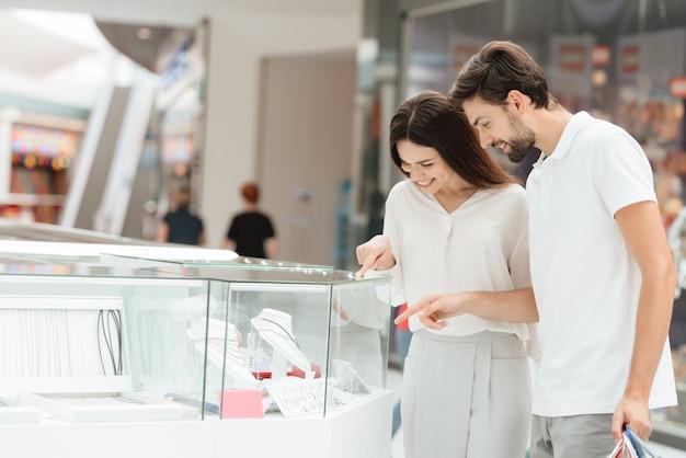 Homem e mulher estão olhando jóias no quiosque. Foto Premium