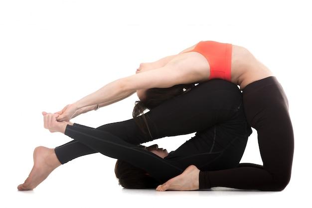 Homem e mulher fazendo exercícios de ioga Foto gratuita