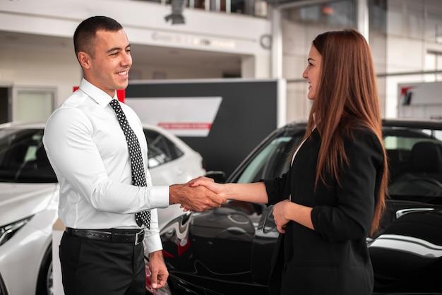 Homem e mulher, fechando um acordo Foto gratuita