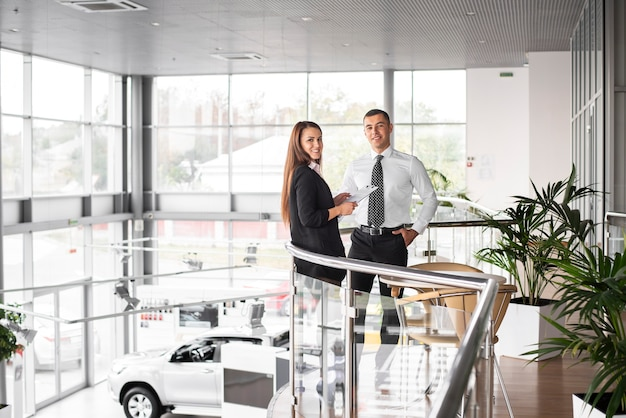 Homem e mulher junto na concessionária de carros Foto gratuita