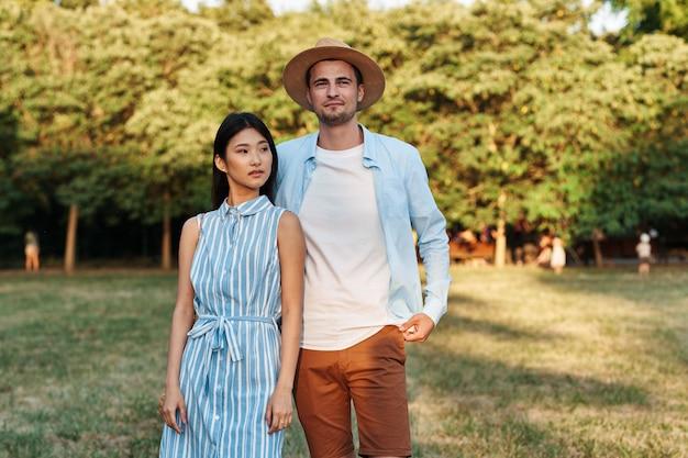 Homem e mulher na natureza no parque andam e conversam. Foto Premium