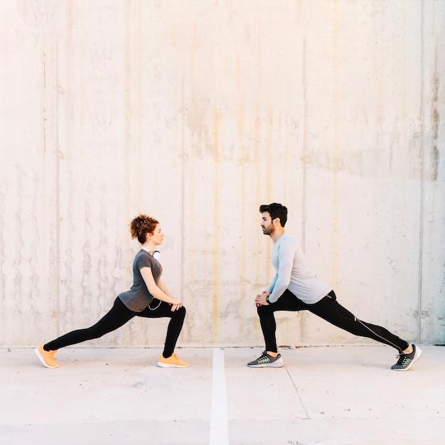 Homem e mulher se juntando Foto gratuita