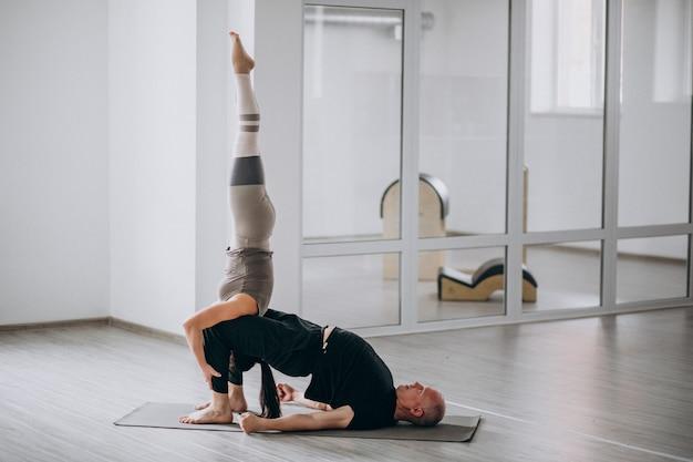 Homem e wom um equilíbrio yoga asana Foto gratuita