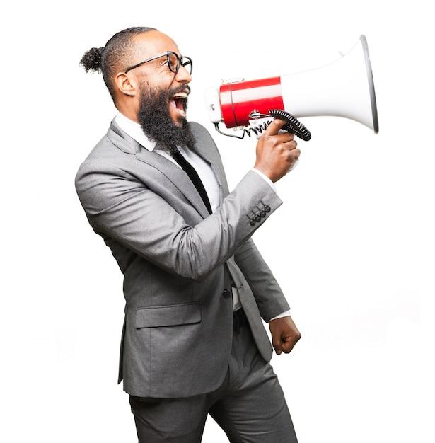 Homem elegante gritando em um megafone Foto gratuita
