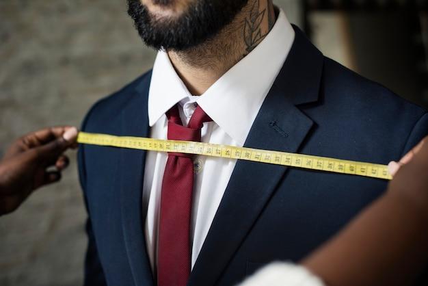 Homem elegante na alfaiataria Foto gratuita
