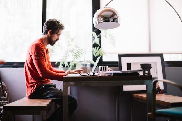 Homem elegante no escritório criativo trabalhando Foto gratuita