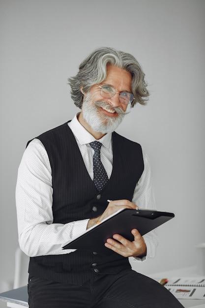 Homem elegante no escritório. empresário de camisa branca. o homem trabalha com documentos. Foto gratuita