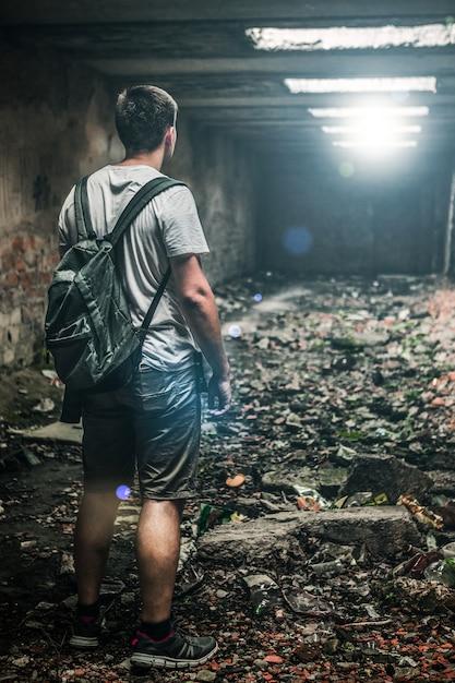 Homem, em, abandonado, sala Foto Premium