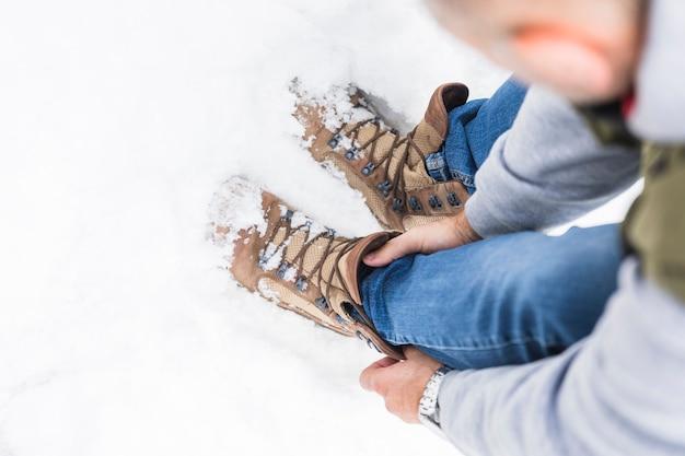 Homem, em, calças brim, e, botas, ligado, neve Foto gratuita