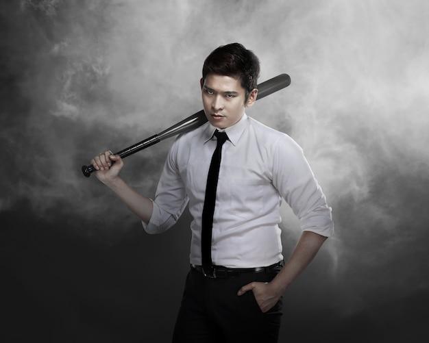 Homem, em, camisa branca, segurando, taco beisebol Foto Premium