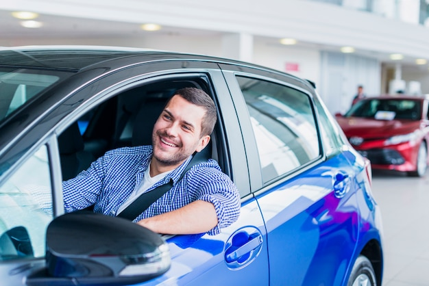 Homem, em, car, em, dealership Foto gratuita