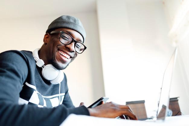 Homem em casa com o laptop Foto Premium