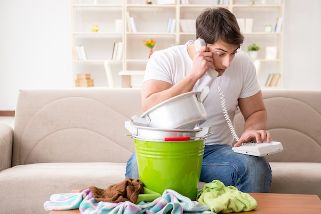 Homem em casa lidando com vazamento de vizinho Foto Premium