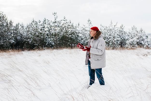Homem, em, casaco morno, ficar, em, inverno, floresta Foto gratuita
