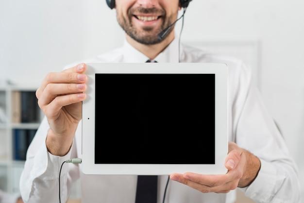 Homem, em, chame centro, mostrando, tabuleta Foto gratuita