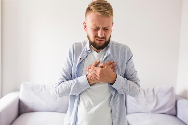 Homem, em, cinzento, camisa, sofrimento, de, heartache Foto gratuita