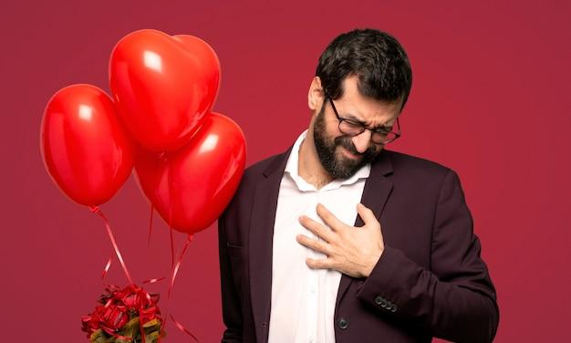Homem, em, dia valentine, tendo, um, dor, coração, sobre, experiência vermelha Foto Premium