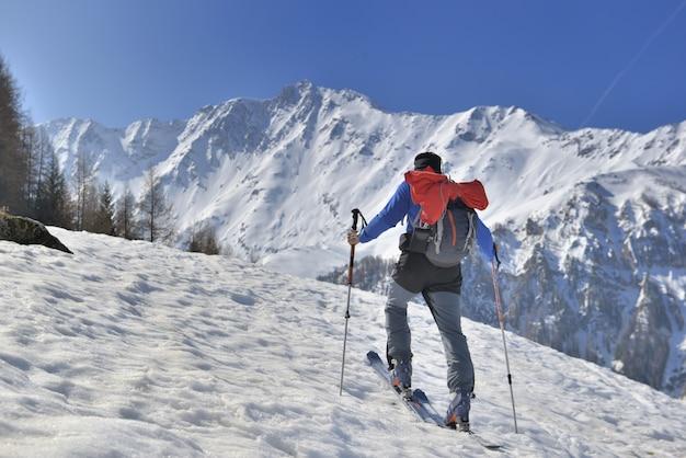 Homem, em, excursionar, esqui Foto Premium