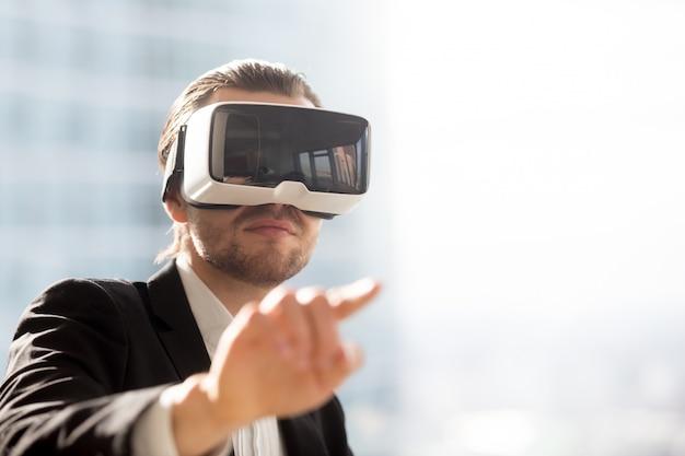 Homem, em, headset vr, usando, gestos, em, simulação Foto gratuita