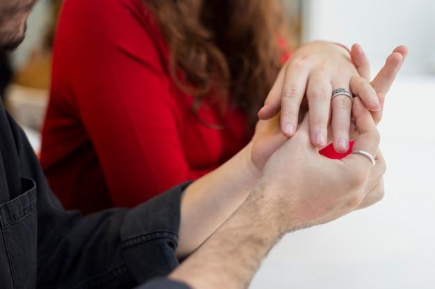 Homem, em, pretas, pôr, anel casamento, ligado, dedo mulher Foto gratuita