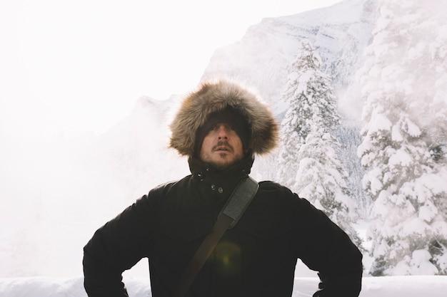 Homem, em, roupa morna, ligado, montanhas, fundo Foto gratuita