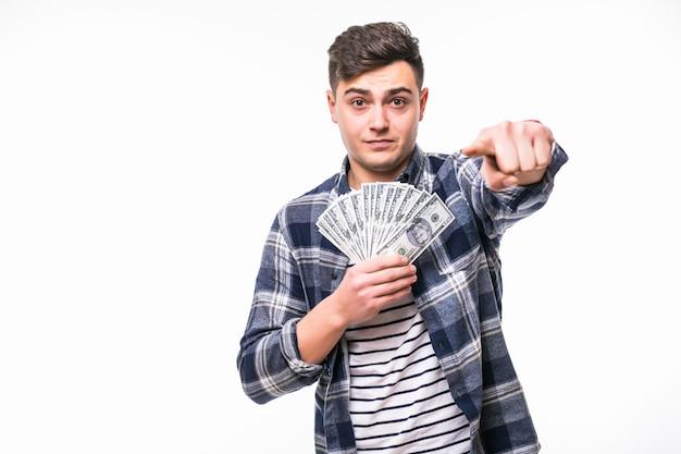Homem em roupas casuais segurar fã de notas de dólar Foto gratuita