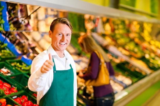Homem, em, supermercado, como, assistente loja Foto Premium