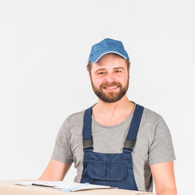 Homem, em, total, e, boné, sorrindo Foto gratuita