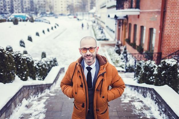 Homem, em, um, casaco, ligado, um, dia inverno Foto Premium