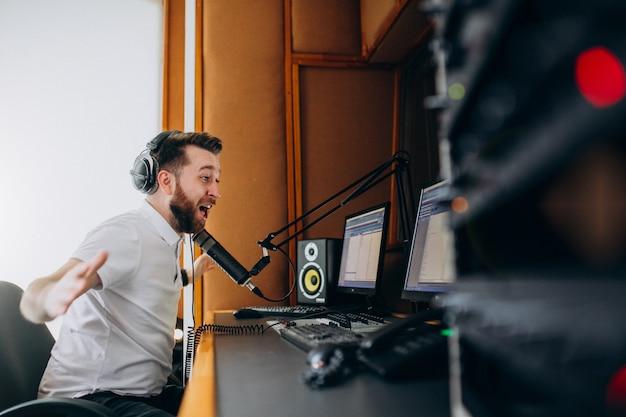 Homem em um estúdio de gravação, produção musical Foto gratuita