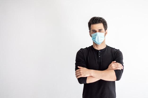 Homem em uma máscara médica Foto Premium