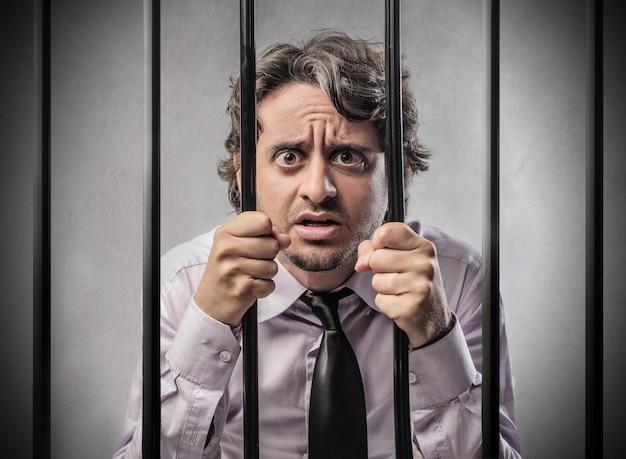 Homem em uma prisão Foto Premium