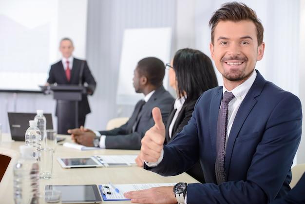 Homem em uma reunião de negócios mostrando os polegares para cima. Foto Premium