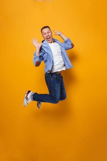 Homem emocionalmente chocado a saltar Foto Premium