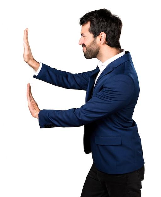 Homem empurrando algo Foto gratuita