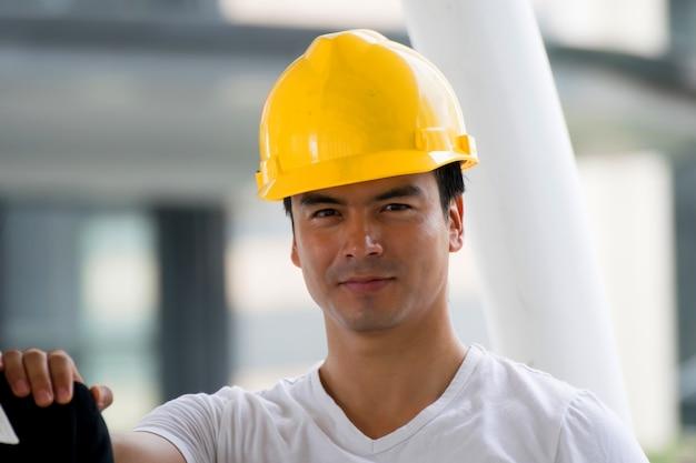 Homem engenheiro com fundo de construção. Foto Premium