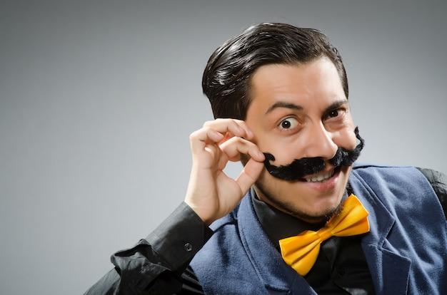 Homem engraçado contra o fundo escuro Foto Premium
