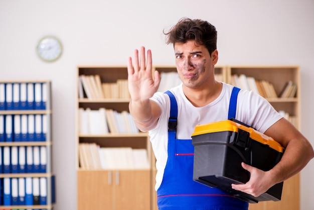 Homem engraçado fazendo reparos elétricos em casa Foto Premium