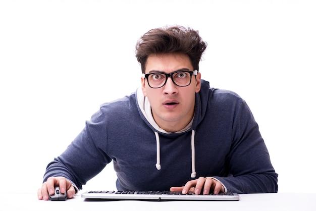Homem engraçado nerd trabalhando no computador isolado no branco Foto Premium
