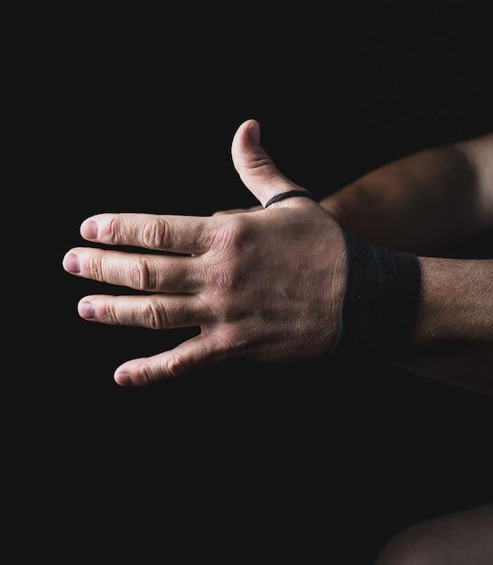 Homem envolve as mãos em bandagem têxtil preto Foto Premium