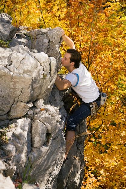 Homem escalando rocha Foto Premium