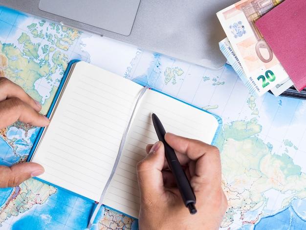 Homem, escrita, em, um, caderno, perto, um, carteira Foto gratuita