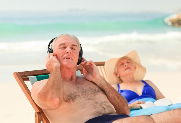 Homem, escutar música, enquanto, seu, esposa, é, dormir Foto Premium