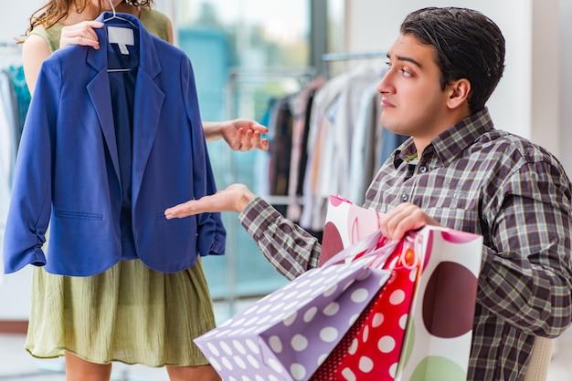 Homem, esperando, para, seu, esposa, durante, natal, shopping Foto Premium