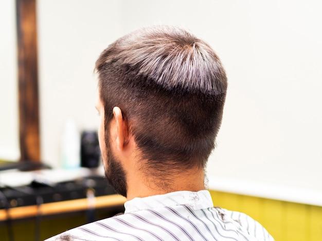 Homem, esperando, para, um, corte cabelo, em, um, barbeiro, loja Foto gratuita