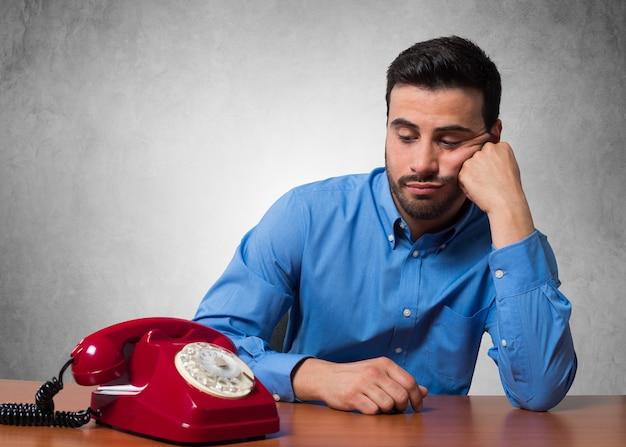 Homem, esperando, para, um, telefonema Foto Premium