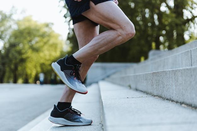 Homem esportivo treinando ao ar livre em londres Foto gratuita
